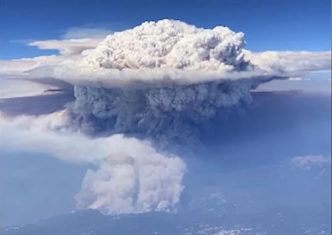 I pirocumuli una formazione nuvolosa causata da incendi ed eruzioni vulcaniche