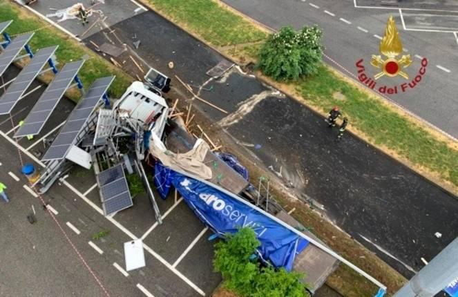 Il camion schiantato sui pannelli solari dell autogrill di Dalmine