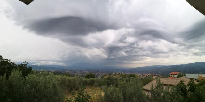 Il cielo su Cosenza giovedì pomeriggio (Foto di: Giacinto Caputo)