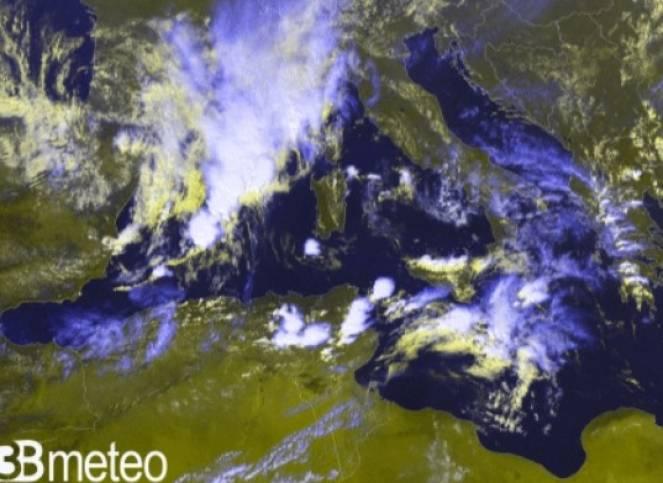 Il fronte sulle Baleari visto dal satellite
