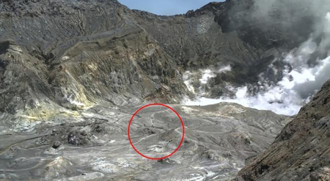 Il gruppo di turisti all'interno del cratere poco prima dell'eruzione