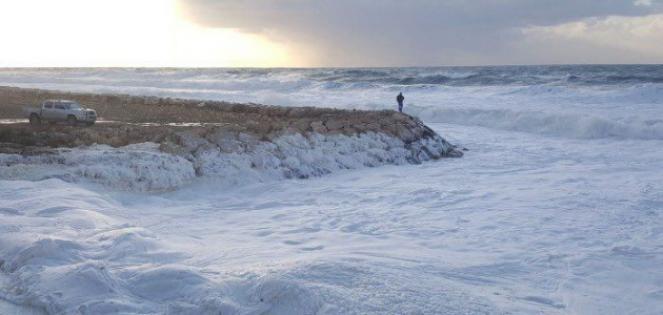 Il litorale di Naqoura, in Libano, rivestita di schiuma del mare