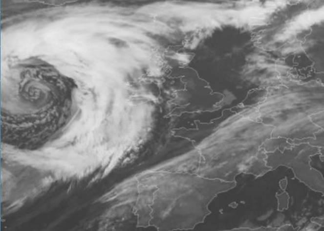 Il super ciclone in avvicinamento alle Isole Britanniche