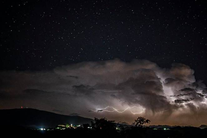 Il temporale su Genova visto al confine tra Appennino ligure e piemontese. Foto di Alessio Rebellato