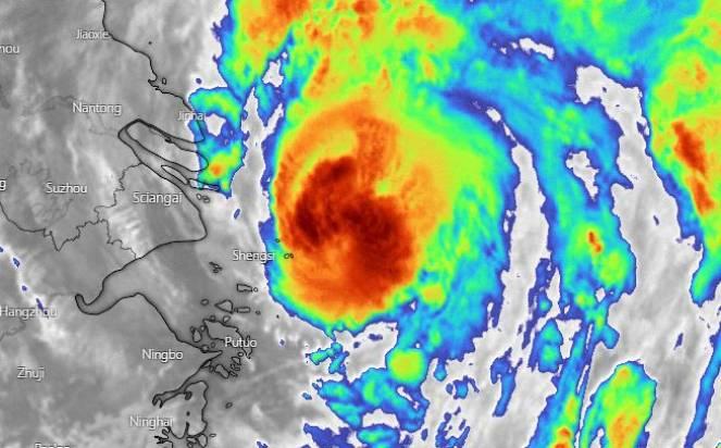 Il tifone Chantu pericolosamente vicino alla costa cinese e a Shangai