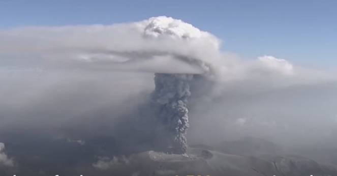 Il vulcano Shinmoedake ha iniziato a eruttare