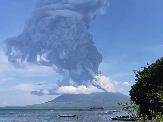 Ili Lewotolok uno dei vulcani più grandi indonesiani è entrato in eruzione domenica 29 novembre