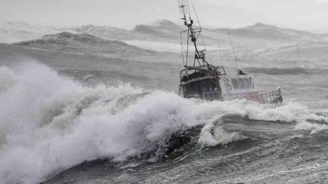 Imbarcazione in difficoltà durante la tempesta (Fonte immagine: bbc.com)