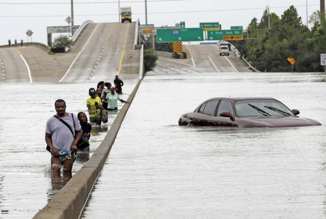 Immagine emblematica delle alluvioni in Texas provocate da Harvey
