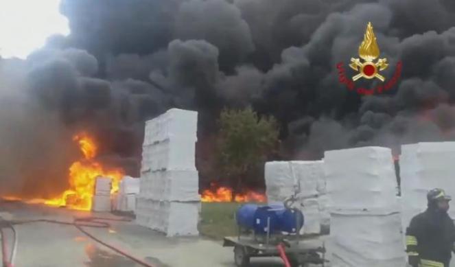 Violento incendio in azienda di Avellino, evacuate attività vicine