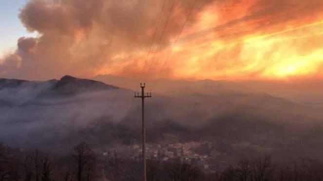 Incendio sul Monte Martica (VA) - fonte varesenews.it