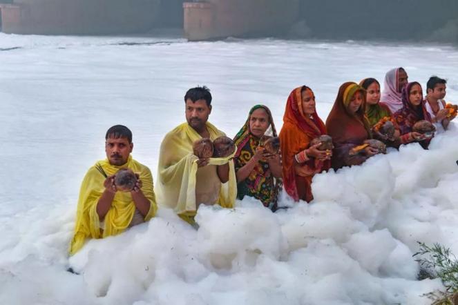 India, inquinamento estremo, i fedeli pregano nella schiuma tossica (fonte greenme.it)