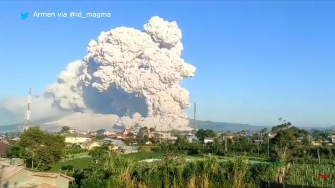 Indonesia - Spettacolare eruzione del Sinabung