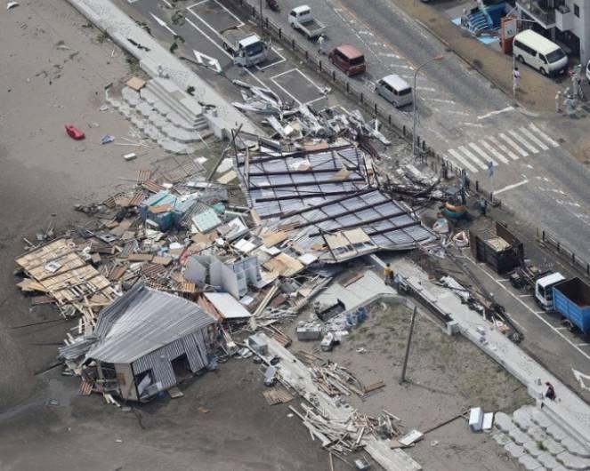 Muore scaraventata contro un palazzo dal tifone a Tokyo