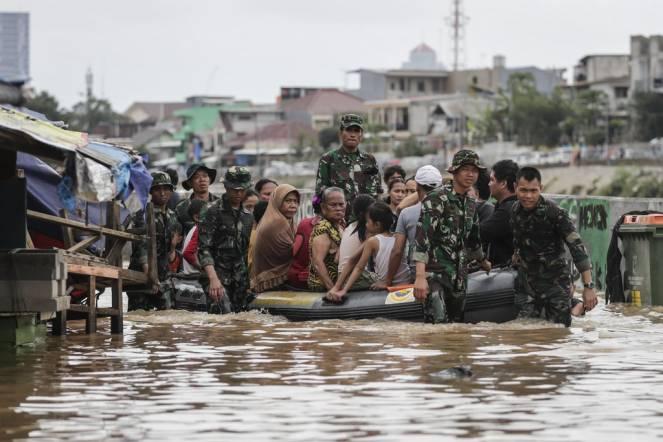 Inondazioni in Indonesia, Jakarta in ginocchio ( Mast Irham/EPA, via Shutterstock)