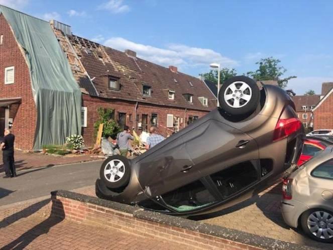 L'auto ribaltata dal tornado a Bocholt: foto: Stadt Bocholt/dpa