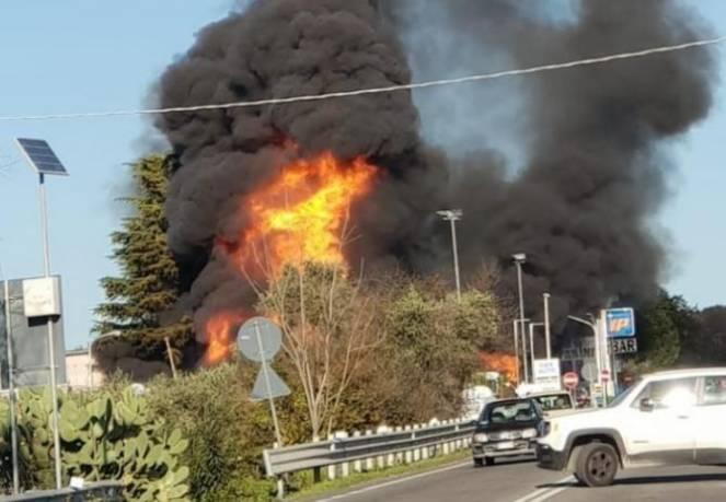 L'incendio al distributore della Via Salaria. (Fonte immagine: Rietilife)