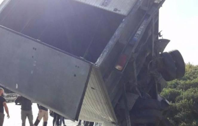 Giarre (Catania), tir esce di strada sull'A18: grave camionista