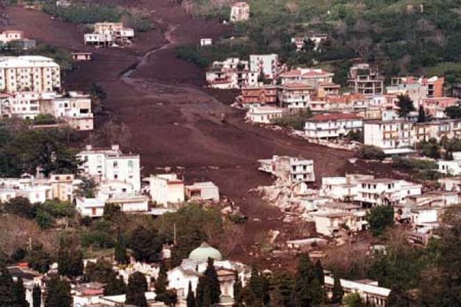 La gigantesca colata di fango vista dall'elicottero