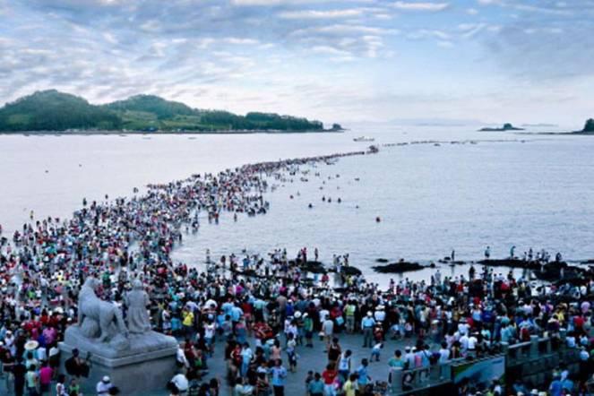 La grande festa di attraversamento del mare di Jindo in Korea