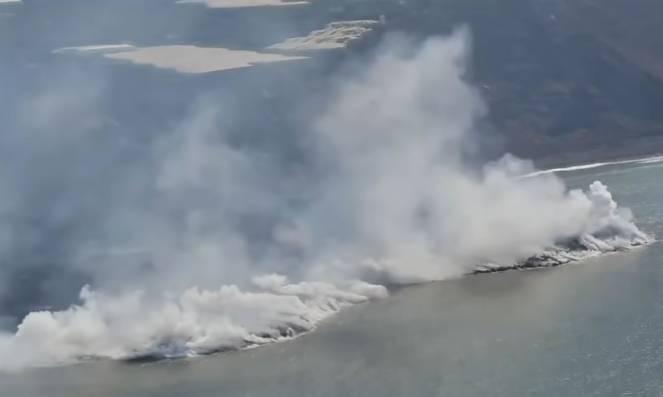 La Palma - La lava del Cumbre Vieja raggiunge il mare costruendo una nuova terra