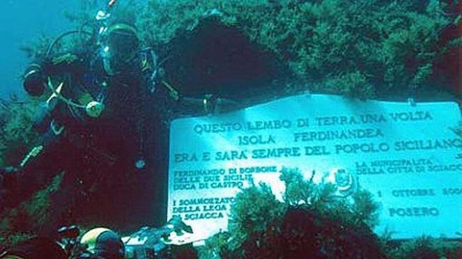 La targa sottomarina a perenne ricordo dell'Isola