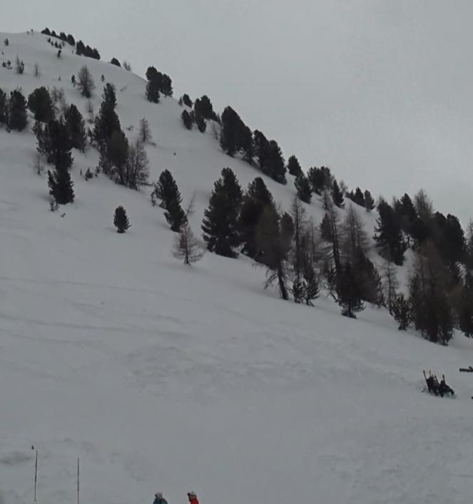 Valanga in Val d'Aosta, cinque sciatori travolti. Due estratti vivi