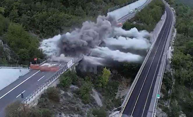 Le spettacolari immagini dell'abbattimento del viadotto Cerqueta
