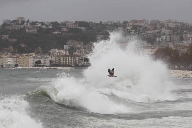 Lunedì nero anche per la Campania, una vittima a Napoli, danni per i forti venti e le mareggiate