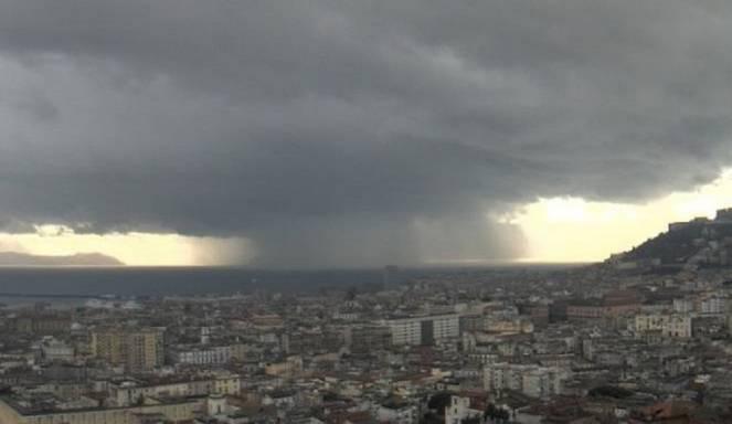 Meteo Campania, domenica con pioggia e temporali, anche a Napoli