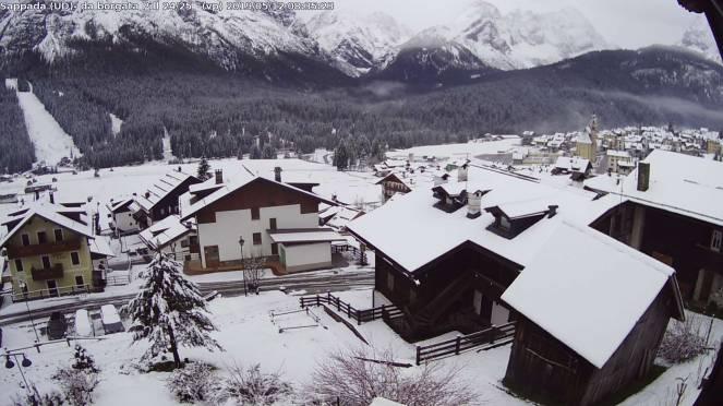 Meteo: neve a Sappada, dolomiti bellunesi, intorno a 1200m