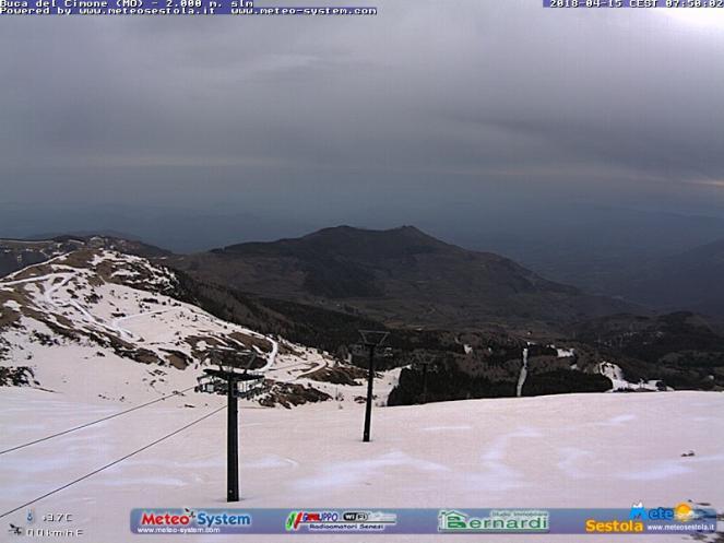 Monte Cimone stamattina, la neve colorata di rosso dalla sabbia del deserto