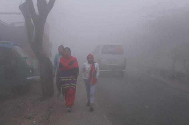 Nebbia fitta e freddo pungente a Nuova Delhi (foto IANS)