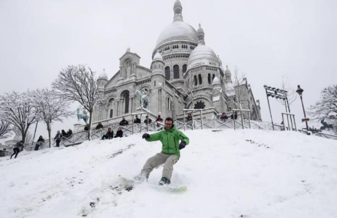 Neve a Parigi, si scia a Montmartre. Fonte CORRIERE.IT