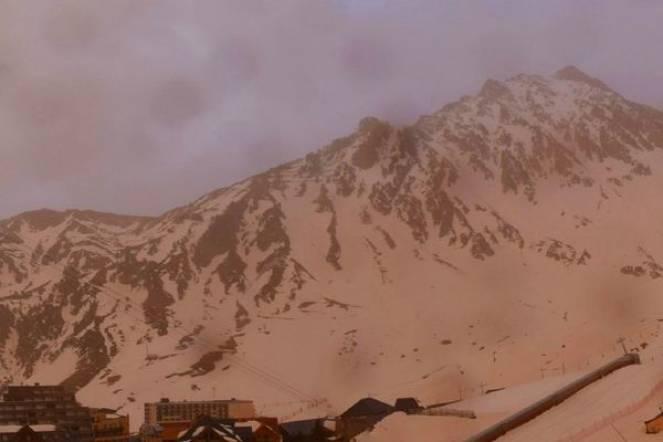 Neve rossa sui Pirenei