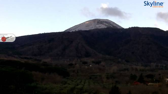 Neve sulla cima del Vesuvio a Napoli
