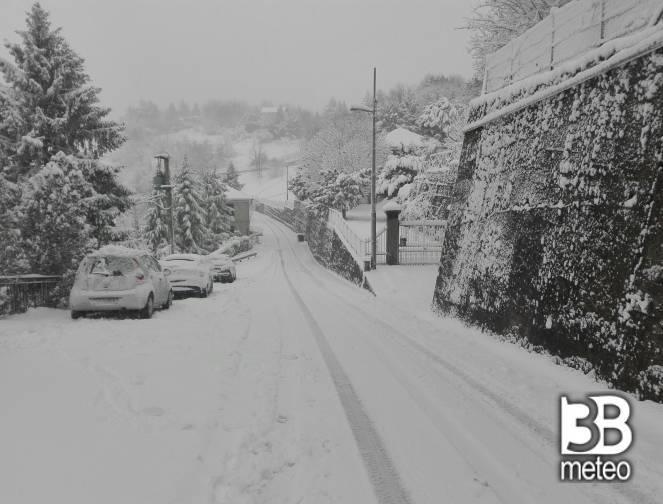 Nevica sul Passo dei Giovi, al confine tra Liguria e Piemonte