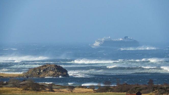 Norvegia: nave Viking in avaria e in balia della burrasca