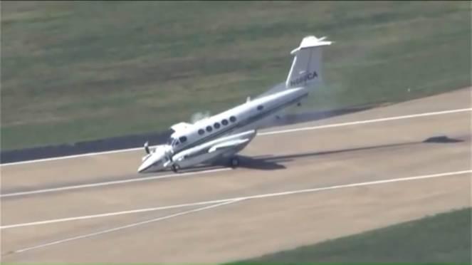 Aereo Privato Piccolo : Oklahoma piccolo aereo finisce con il muso sulla pista a