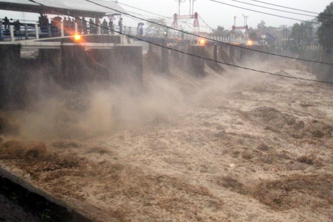 Piogge torrenziali sull'isola di Giava causano alluvioni lampo