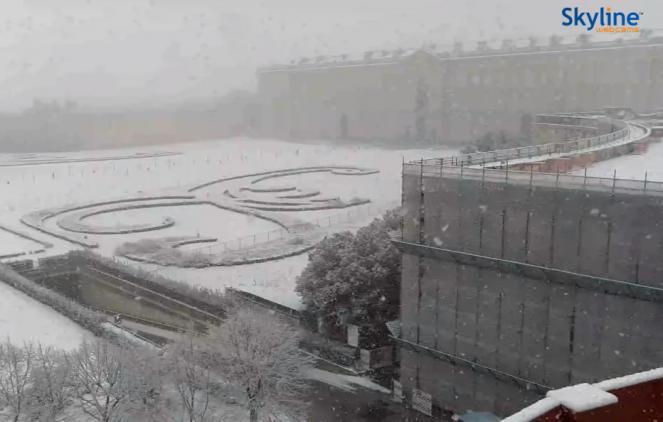 Reggia di Caserta sotto una fitta nevicata