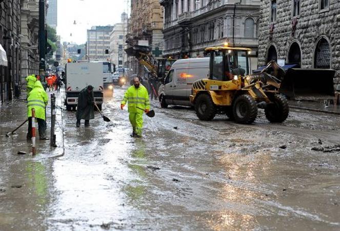 Si cerca di ripulire la città dal fango