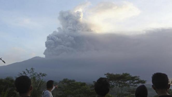 Si intensifica l'eruzione del vulcano Agung a Bali, Indonesia cominciata Martedì scorso