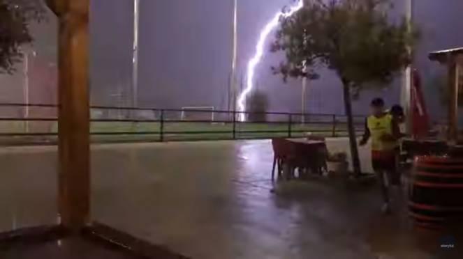Spagna, un fulmine colpisce in pieno un campo da gioco