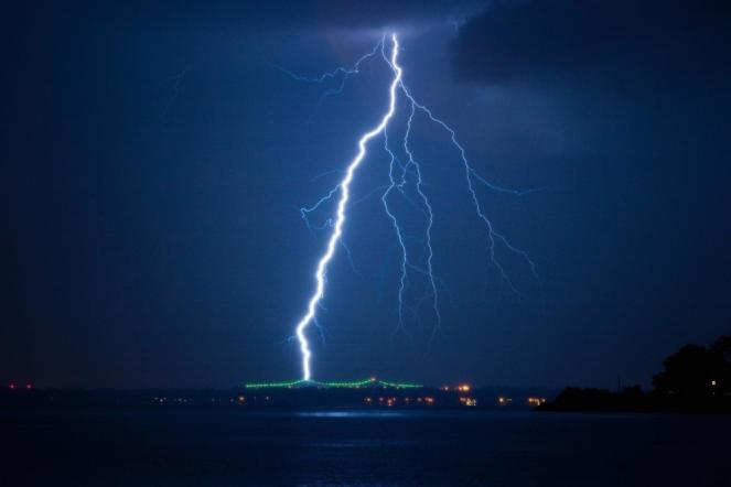 Suggestivo temporale notturno a ridosso della zone costiere.