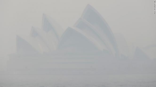 Sydney Ancora completamente immersa nel fumo degli incendi