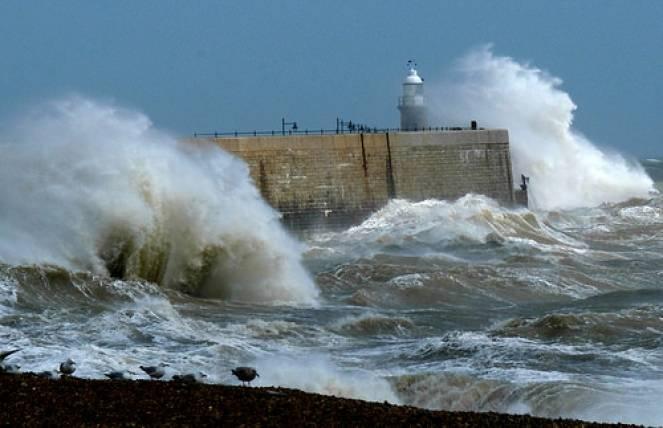 Tempesta di vento, con mareggiata. Immagine di repertorio
