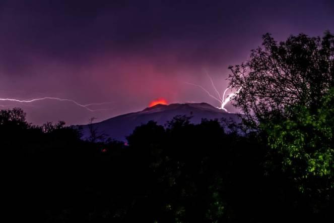 Temporale in corso sull'Etna - vista dal versante ovest, territorio di Bronte (Fonte: Marisa Liotta)