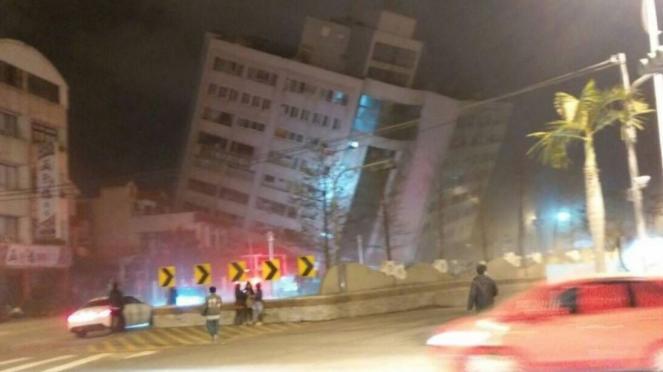 Terremoto a Taiwan, crollano interi edifici, numerose persone sotto le macerie