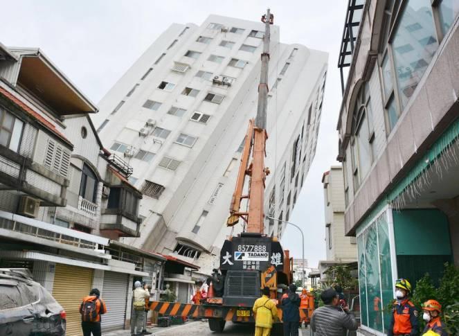 Terremoto Taiwan, l'Hotel Marshall si ribalta, ci sono ancora 400 dispersi